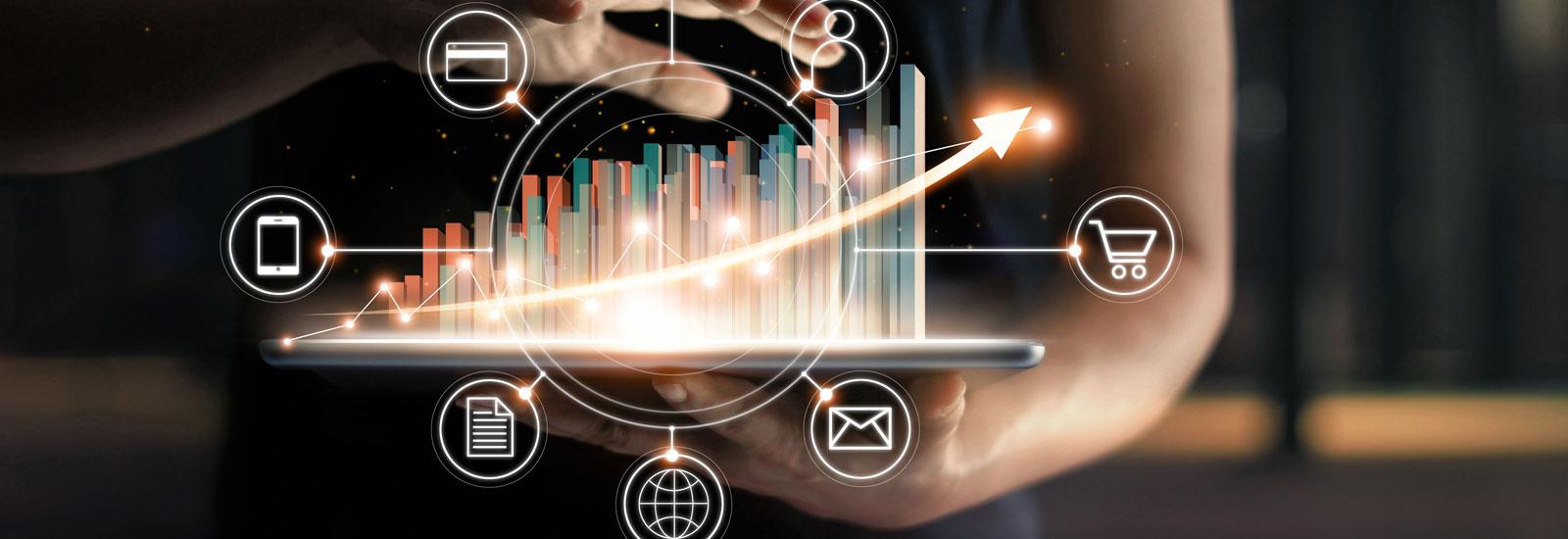 Virtuelle Statistik auf Tablet gehalten von Mann