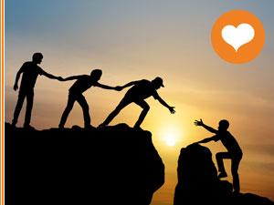 Personen helfen einander einen Abgrund zu überqueren