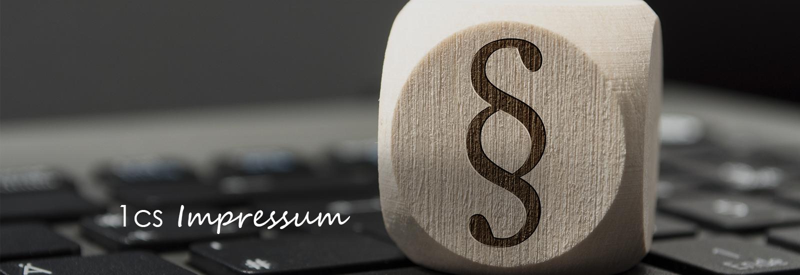 Unterschrift auf Unterlagen in Rechtskanzlei mit Waage im Vordergrund und Hammer