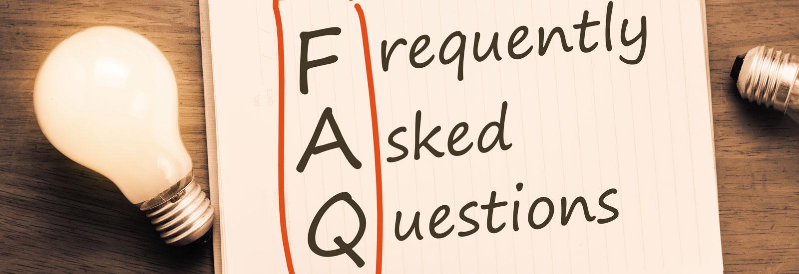 Glühbirne und Blatt mit FAQ darauf geschrieben